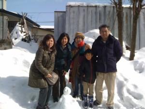 The family (l-r): Kyoko, Kumiko, Minako, litle Tai, Morikawa-san - and Frosty the Snowman.