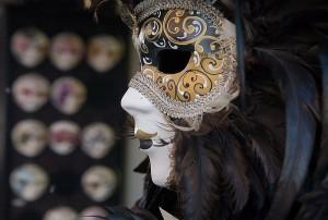 800px-Venice_-_A_carnival_mask_-_3802